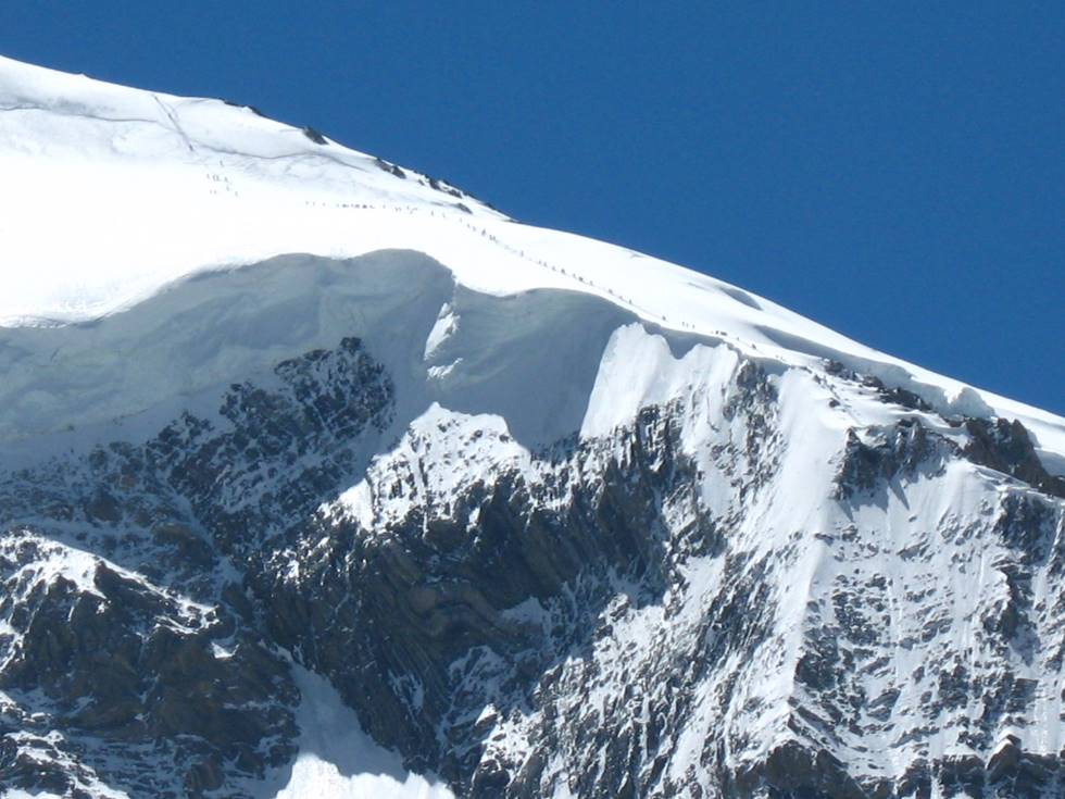 Long line of climbers on Broad Peak