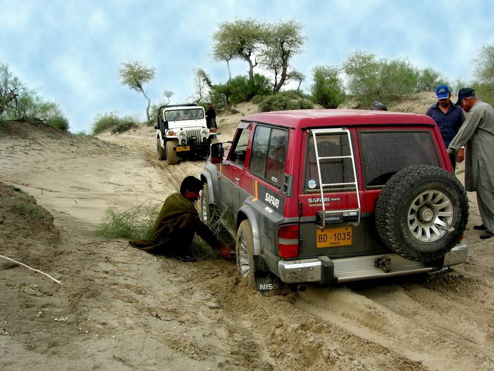 M38 Towing Nissan Safari, In Thar 2006, 4x4 Offroaders